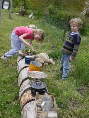 Kinder genießen den Platz