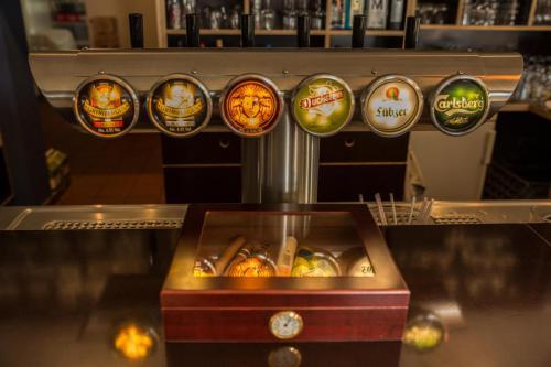 sechs Sorten Bier vom Faß